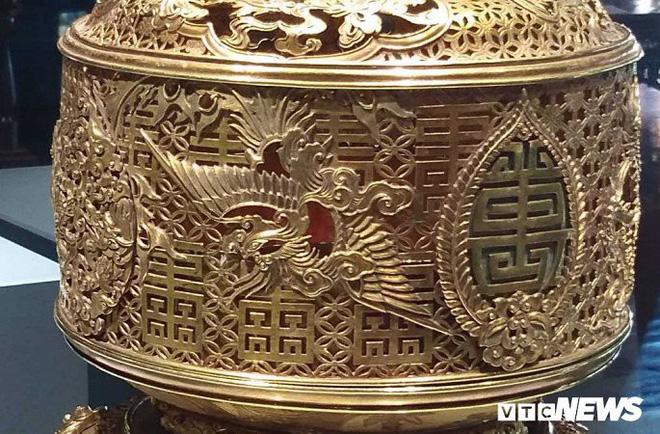 Hình tượng phượng hoàng xuất hiện trên chiếc đài thờ được làm bằng vàng,