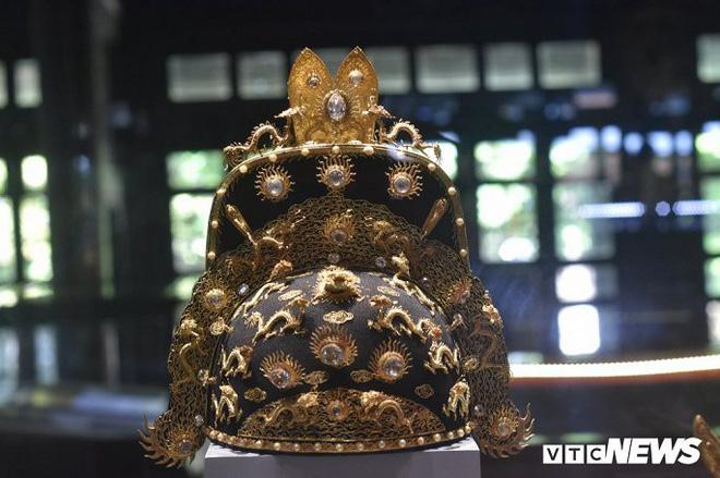 Hình tượng rồng được trang trí nổi trên mũ đại triều của vua triều Nguyễn.