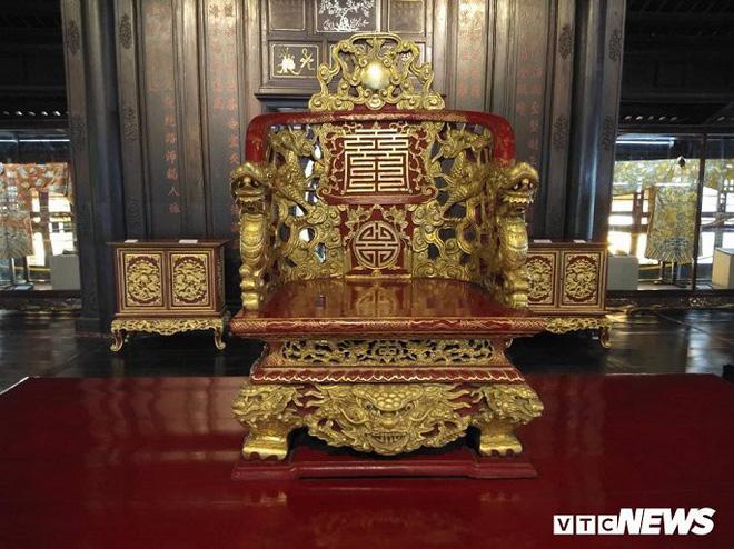 Hình tượng rồng trên chiếc ngai thờ bằng gỗ sơn son thếp vàng thời Nguyễn