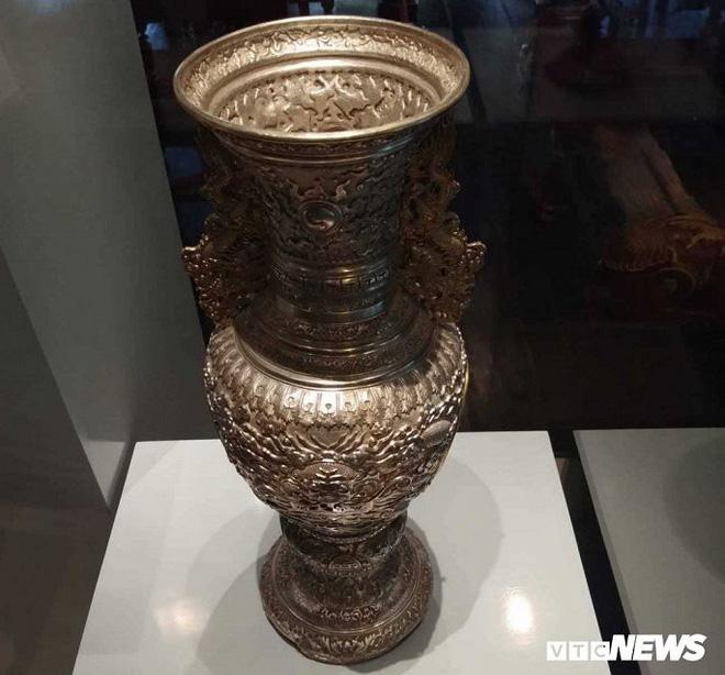 Hinh tượng rồng trên bình hoa được làm năm Khải Định thứ 9